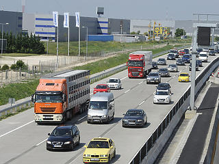 Gyorshajtás, vezetés közbeni telefonálás, előzés: ezeket a szabályokat szegik meg az autósok