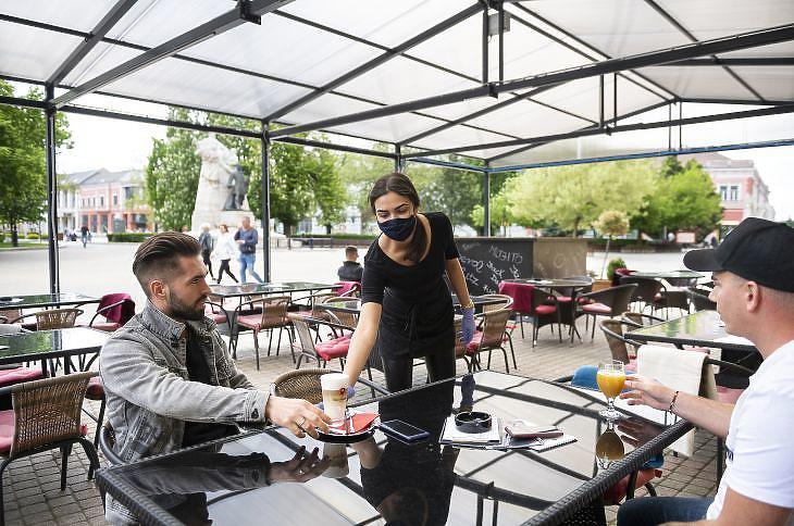 Egy kávézó Nyíregyházán 2020. május 4-én. Budapesten és Pest-megyén kívüli részleges feloldása értelmében vidéken korábban nyithattak az éttermek és kávézók teraszai, kerthelyiségei. (Fotó: MTI/Balázs Attila)
