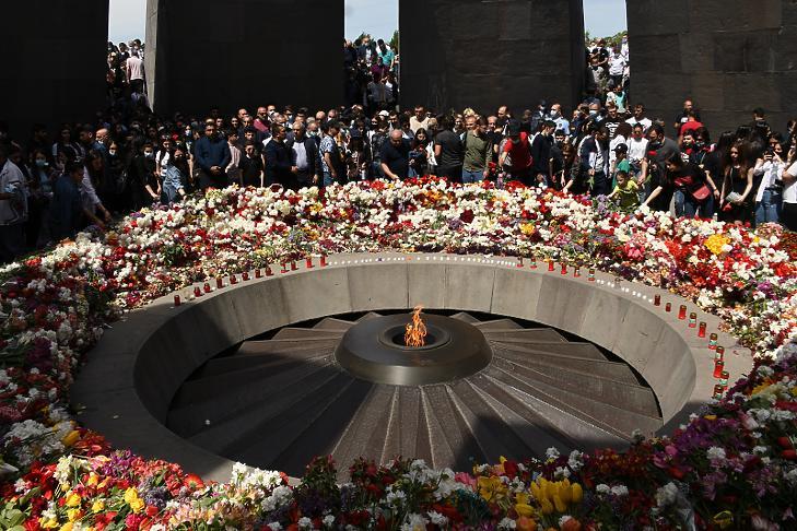 Résztvevők az örmény népirtás áldozatainak emlékművénél tartott megemlékezésen Jerevánban 2021. április 24-én, a vérengzés kezdetének 106. évfordulóján. (Fotó: MTI/EPA/Narek Alekszanjan)