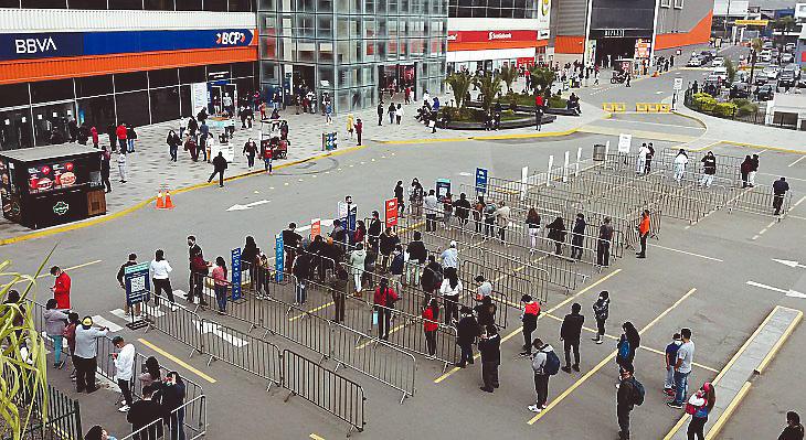 Állandósultak a hosszú sorok a perui bankok előtt (Lima, a Megaplaza bevásárlóközpont utcafrontja)