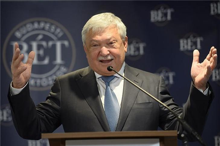 Csányi Sándor OTP-vezér ma nem bonthatott pezsgőt (fotó: MTI)