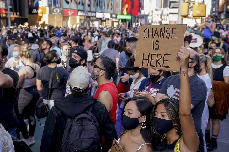 Itt a változás - Joe Bidennek, az amerikai Demokrata Párt elnökjelöltjének támogatói ünnepelnek a New York-i Times Square-en 2020. november 7-én, miután a CNN közleménye szerint Biden megnyerte az amerikai elnökválasztást azt követően, hogy Pennsylvaniában is ő kapta a legtöbb szavazatot. MTI/AP/Seth Wenig