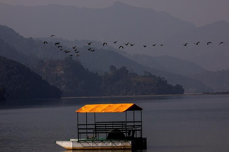 Üres csónak a  Phewa-tóban Pokharánál Nepálban 2020. december 20-án. A kedvelt turistacélpontnak számító Pokharát szintén érzékenyen érintette a Covid-válság. EPA/NARENDRA SHRESTHA