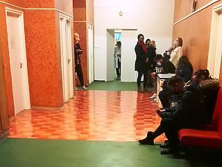 14 ember egy órán át egy teremben, PCR-tesztre várva – Müller Cecília sikítana, ha látná