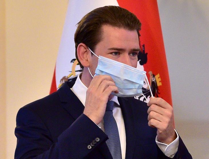 Sebastian Kurz osztrák kancellár maszkot húz. Fotó: MTI/EPA/Igor Kupljenik