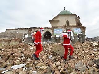 A nap képe: szétbombázott városba vitt ajándékot a Mikulás
