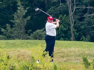 A nap képe: idős úr baseballsapkában, golfütővel – ő az Egyesült Államok elnöke