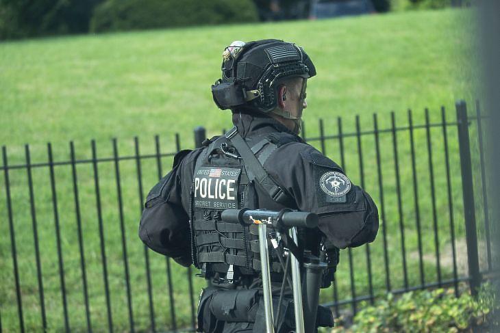 Az egyik amerikai titkosszolgálat munkatársa  a Fehér Háznál Washingtonban 2020. augusztus 10-én. EPA/Stefani Reynolds