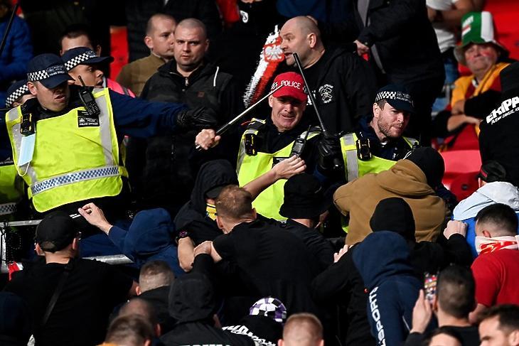 Angol rendőrök, valamint magyar és lengyel szurkolók összecsapása a Wembley-ben 2021. október 12-én.  EPA/FACUNDO ARRIZABALAGA