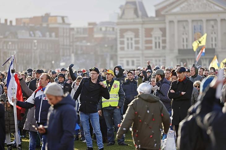 Betelt a pohár: karantén ellenes tüntetők a Museumpleinen Amszterdamban 2021. január 17-én. EPA/ROBIN VAN LONKHUIJSEN