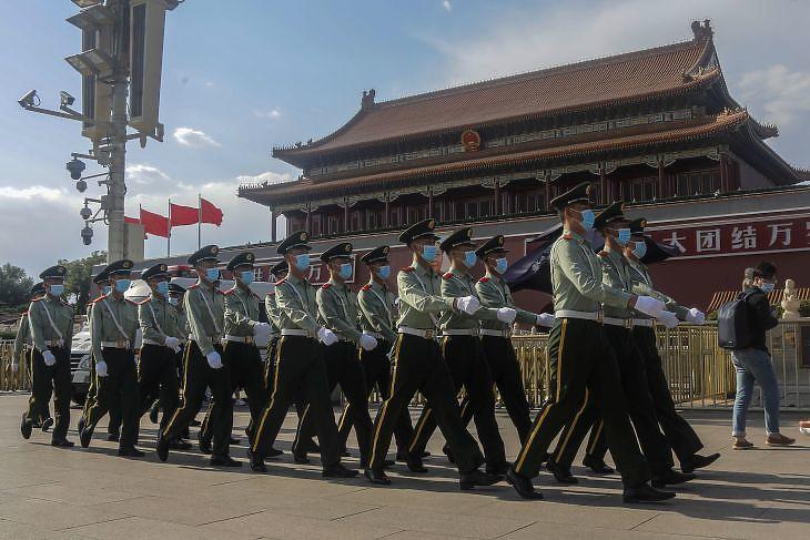 Kínai rendőrök járőröznek a Tienanmen téren Pekingben 2020. május 19-én. EPA/WU HONG