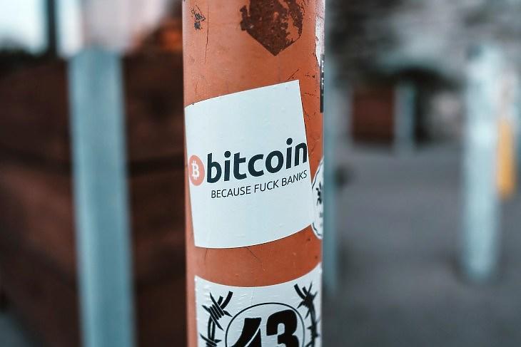 Bitcoin-anarchista felirat. Elküldi a bankokat melegebb éghajlatra. De vajon mennek-e? (Fotó: Unsplash.com)