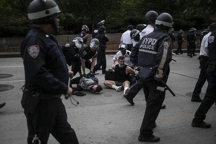 George Floyd halála miatt tiltakozó tüntetőket vesznek őrizetbe a kijárási tilalom megsértése miatt New Yorkban 2020. június 2-án. MTI/AP/Wong Maye-E