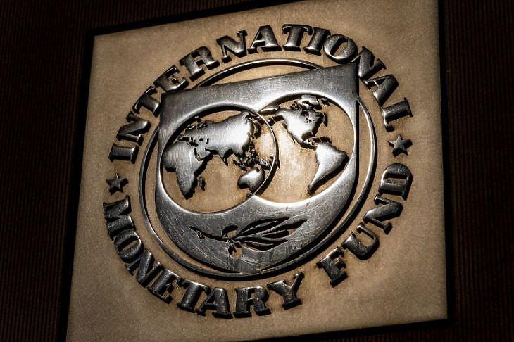 A Nemzetközi Valutaalap logója a szervezet washingtoni székházán (Fotó: MTI/AP/Andrew Harnik)