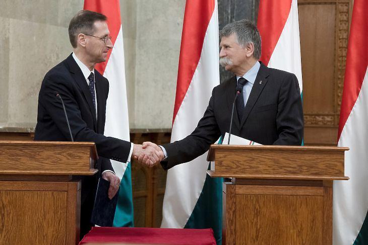 Varga Mihály átadja a költségvetés egy példányát Kövér László házelnöknek (MTI/Koszticsák Szilárd)