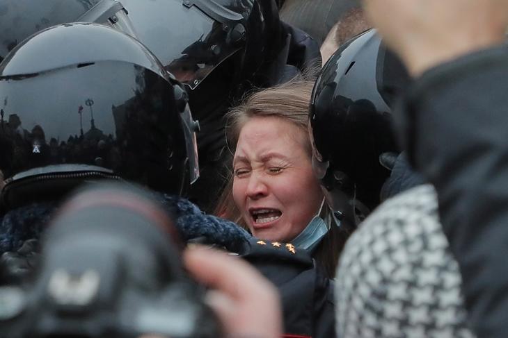 Ellenzéki tüntetőt vesznek őrizetbe speciális rendőri egységek 2021. január 23-án.  EPA/MAXIM SHIPENKOV