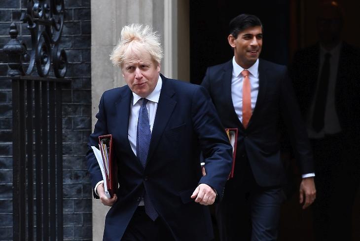 Boris Johnson miniszterelnök és Rishi Sunak pénzügyminiszter a Downing Street 10 előtt. Fotó: EPA/Andy Rain