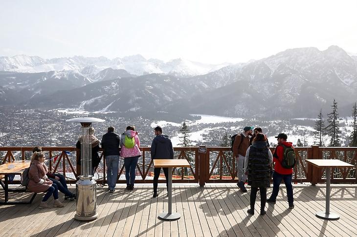 Turisták a lengyelországi Zakopanéban a Magas-Tátrában 2021. február 24-én. EPA/GRZEGORZ MOMOT