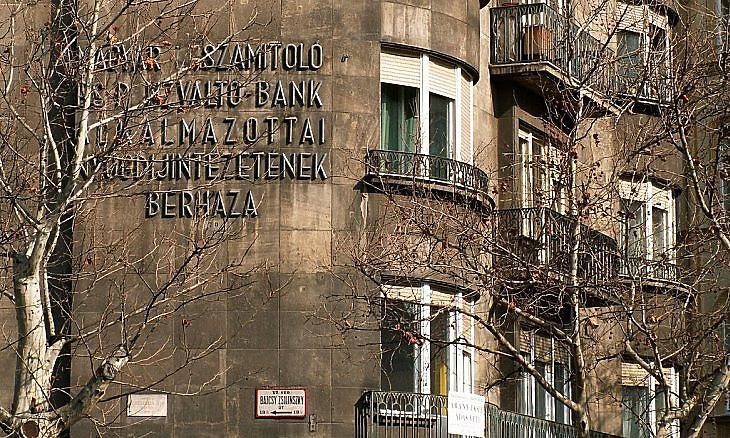 """A """"Magyar Leszámítoló és Pénzváltó Bank Alkalmazottai Nyugdíjintézetének Bérháza"""" Budapesten. Az ingatlanok hagyományosan stabil befektetésnek számítottak. (Fotó: E. J.)"""