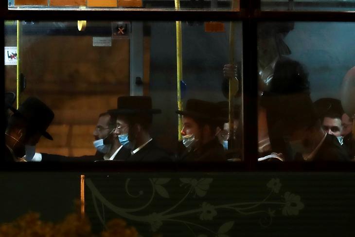 Ultraortodox zsidók védőmaszkban egy buszon Jeruzsálemben 2020. szeptember 16-án. EPA/ATEF SAFADI