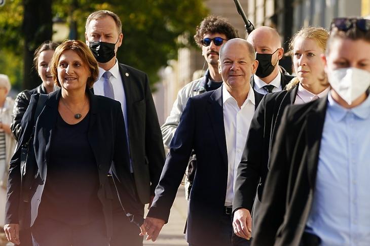 Olaf Scholz, az SPD kancellárjelötje és felesége, Britta Ernst egy választóhelyiség közelében Potsdamban 2021. szeptember 26-án. EPA/CLEMENS BILAN