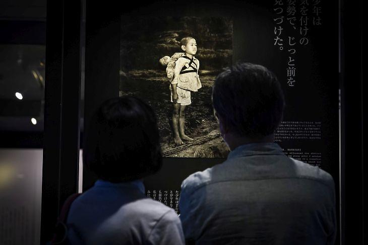 Fotó a nagaszakai atomtámadás áldozatairól a kiotói Butsuryu Múzeumban. EPA/DAI KUROKAWA