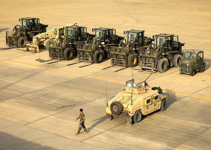Afgán katona a Kabulhoz közeli bagrami légi támaszponton 2021. július 5-én. Csaknem húsz év után az amerikai hadsereg katonái kivonultak a Bagram légi támaszpontról, amely az al-Kaida nemzetközi terrorszervezet és a tálibok ellen indított háború egyik központja volt. A támaszpontot teljesen átadták az afgán kormányerőknek. (Fotó: MTI/EPA/Hedajatullah Amid)