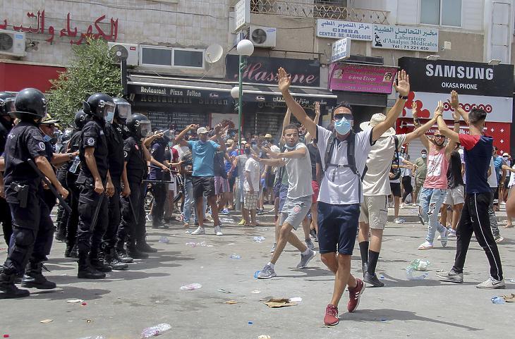 Tüntetők összecsapnak a rendőrökkel Tunézia fővárosában, Tuniszban 2021. július 25-én. Illusztráció. (Fotó: MTI/AP/Haszene Dridi)