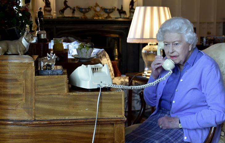 II. Erzsébet 2020. március 25-én a Windsori kastélyban. EPA/BUCKINGHAM PALACE/Crown Copyright