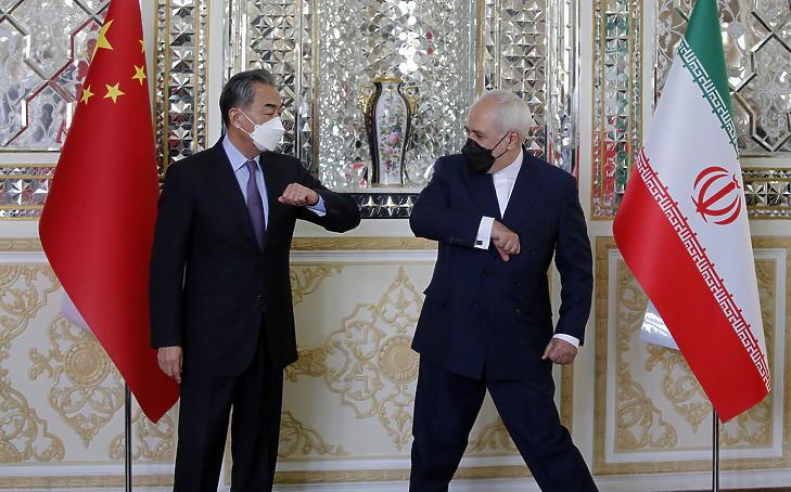 Mohamad Dzsavád Zarif iráni külügyminiszter (j) fogadja kínai hivatali partnerét, Vang Jit Teheránban 2021. március 27-én. Irán és Kína huszonöt évre szóló, politikai, stratégiai és gazdasági területre kiterjedő együttműködési megállapodást kötött egymással. (Fotó: MTI/EPA/Abedin Taherkenareh)