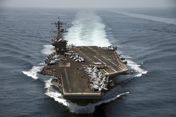 A USS Theodore Roosevelt repülőgép-hordozó egy korábbi fotón. A hajó jelenleg Guam szigeténél vesztegel, fedélzetén több száz koronavírusos haditengerésszel. Fotó: EPA/MC3 Anthony N. Hilkowski