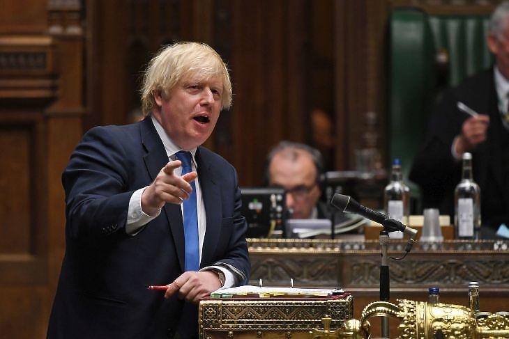 Boris Johnson kormányfő hétfő este sajtótájékoztatón ismerteti a menetrendet (fotó: EPA)