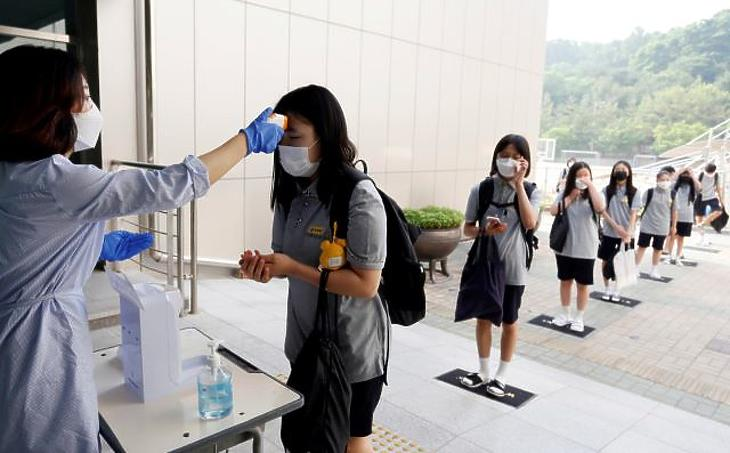 Ázsiában már régóta így járnak a gyerekek iskolába. Fotó: AP