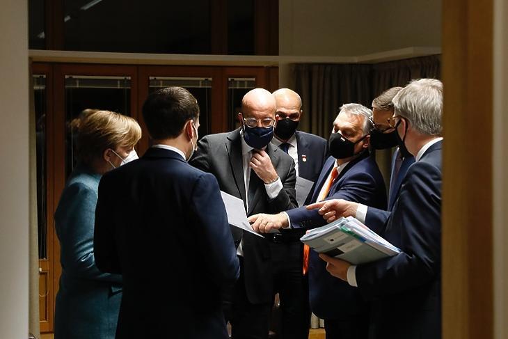 Megvan a deal: Emmanuel Macron francia elnök, Angela Merkel német kancellár, Charles Michel, az Európai Tanács elnöke, Orbán Viktor miniszterelnök, Mateusz Morawiecki lengyel kormányfő és Jeppe Tranholm-Mikkelsen, a Tanács főtitkára tart kupaktanácsot Brüsszelben 2020. december 10-én. (Fotó: Európai Tanács)