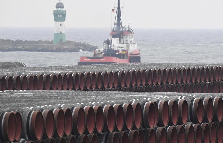 Az Északi Áramlat 2 gázvezeték csövei a balti-tengeri Rügen-szigeten lévő Mukran kikötőjében 2020. december 4-én. (Fotó: MTI/AP/DPA/Stefan Sauer)