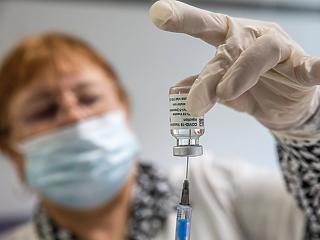 EMA: lehet összefüggés a vérrögképződéses esetek és az AstraZeneca vakcinája között