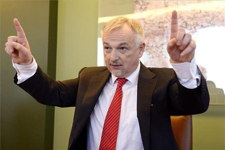 Hernádi Zsolt a fenntarthatóság felé mutat utat (MTI fotó - Kovács Tamás)