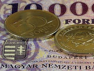 Tartósan gyenge forintra készül a kormány: sereghajtó marad a magyar bér