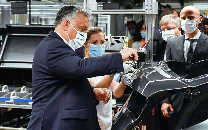 Orbán Viktor az Audi győri gyárában (MTI fotó / Koszticsák Szilárd)