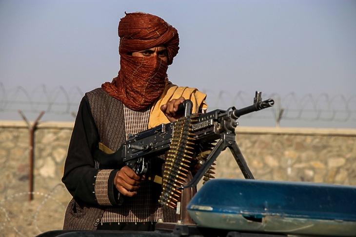 Egy tálib katona az amerikai kivonulást ünneplő meneten az afganisztáni Kandaharban 2021. szeptember elsején. EPA