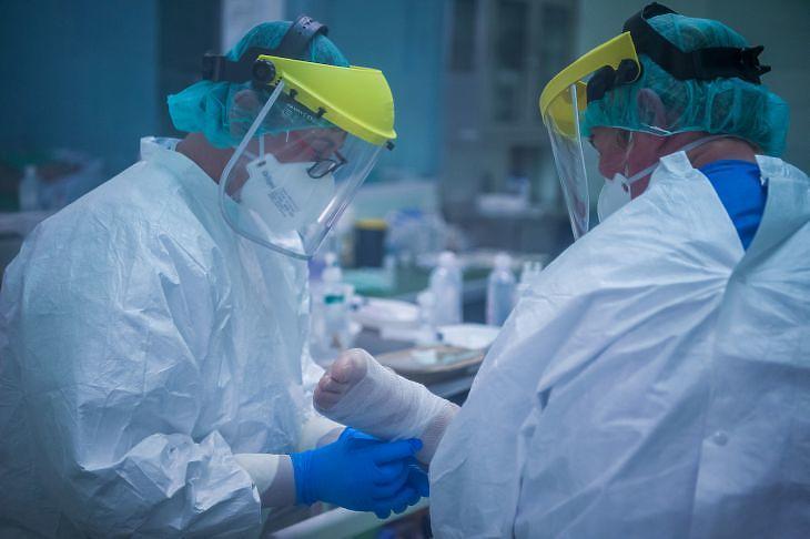 Védőfelszerelést viselő ápolók a koronavírussal fertőzött betegek fogadására kialakított intenzív osztályon az éjszakai műszakban a fővárosi Szent László Kórházban 2020. április 27-én. MTI/Balogh Zoltán