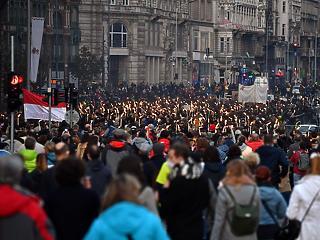 Nagy tömeg tüntet Budapest belvárosában