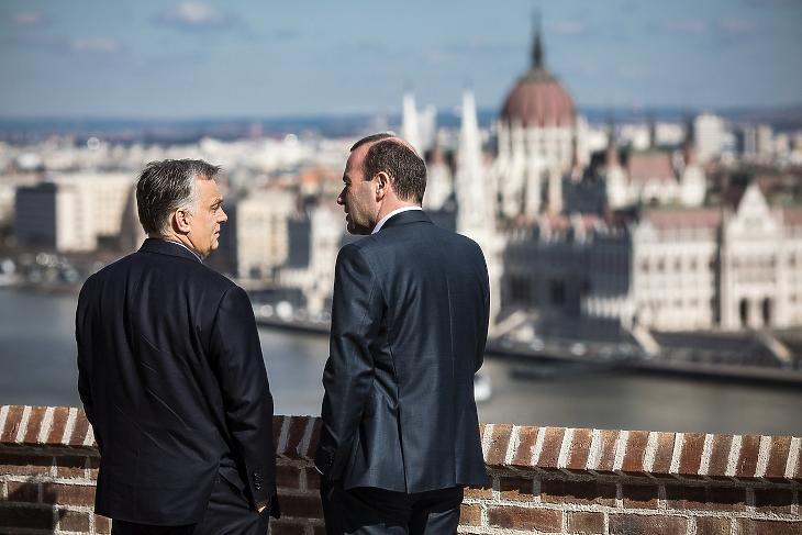 Ma már nem értik egymást: Orbán Viktor miniszterelnök 2019-ben Budapesten, a Karmelita kolostorban Manfred Weberrel, az Európai Néppárt frakcióvezetőjével. MTI/Miniszterelnöki Sajtóiroda/Szecsődi Balázs