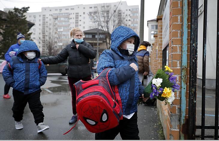 Gyerekek egy bukaresti iskolába érkeznek 2021. február 8-án. (Fotó: MTI/EPA/Robert Ghement)