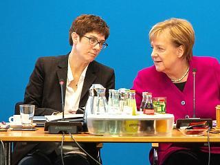 Merkel és ATK külön repülőn utazik egy időben – a klímacsúcsra!