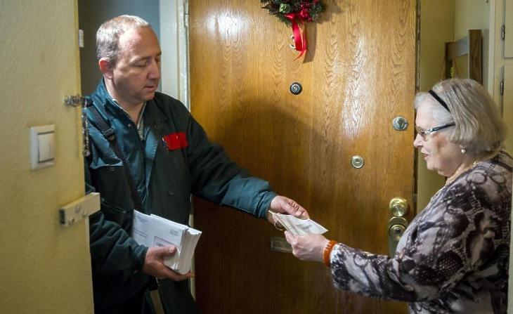 Bőven van most dolguk a postásoknak (Kép forrása: MTI Fotó, Balogh Zoltán)