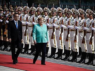 Merkel Pekingben, Trump alelnöke Varsóban – nagyhatalmi póker komoly tétekkel