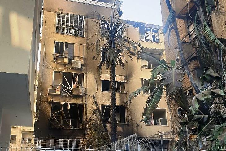 Rakétatalálatot kapott épület az izraeli Petah Tikvában. (Fotó: B. Bernadett/Privátbankár.hu)