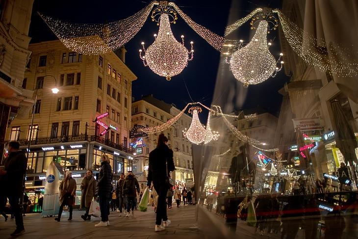 Karácsonyra visszatér az élet? Járókelők Bécs központjában, a Graben bevásárlóutcán 2020. november 16-án. EPA/CHRISTIAN BRUNA