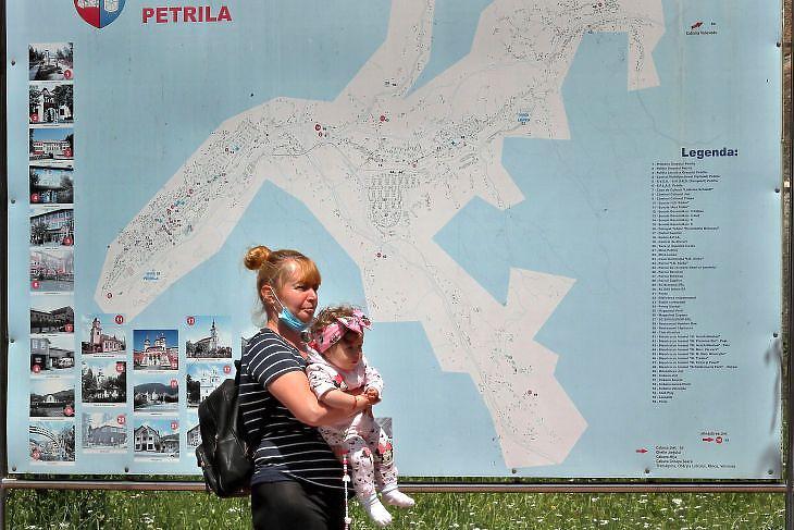 Nő gyermekével a romániai Petrilában 2020. július 14-én. EPA/ROBERT GHEMENT